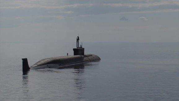 ifmat - Video - Iran transports submarine to naval port